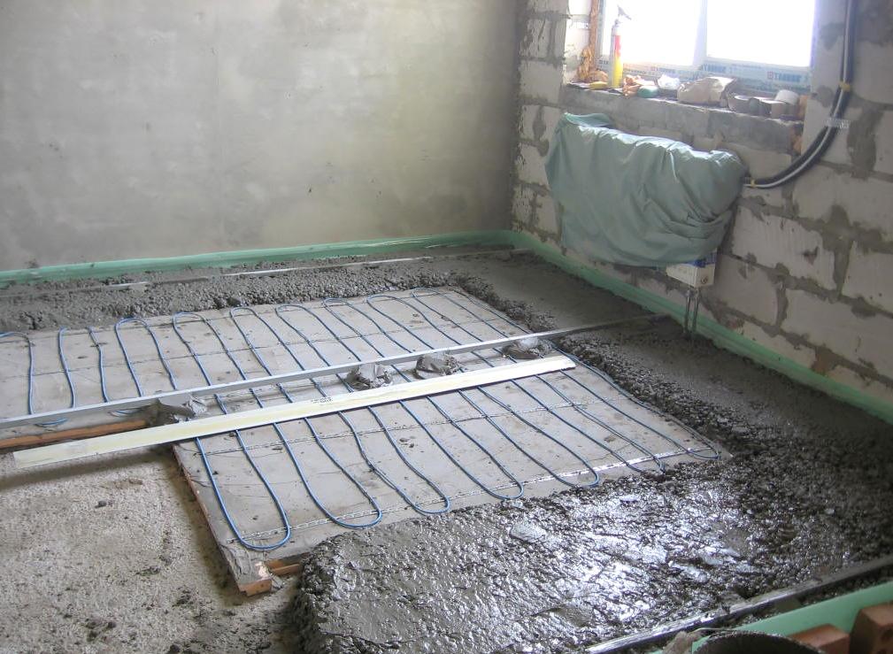 Укладка теплого пола и выравнивание бетонной стяжкой