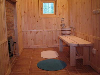 Плиточный бетонный пол в бане