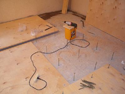 Установка маяков при выравнивании деревянного пола фанерой