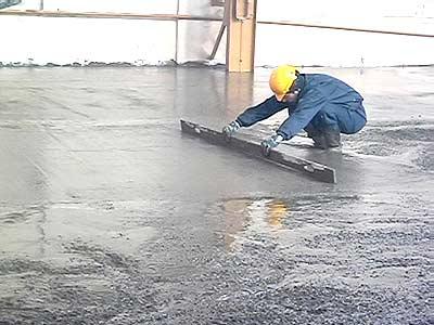Поверхностная стяжка жидким цементным раствором