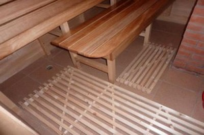 Деревянные решетки на полу бани