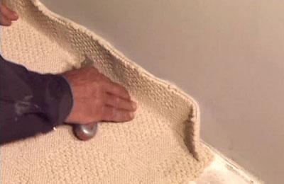 Расстилается покрытие с заходом на стену