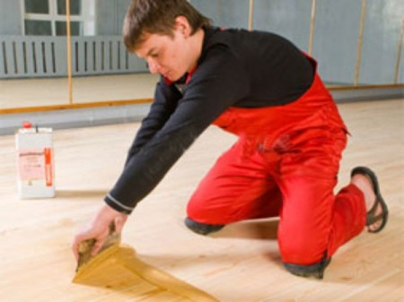 Метод выравнивания деревянного пола шпаклеванием смесью на основе клея ПВА и опилок