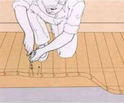 Шурупами закрепляем доски