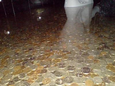 Монеты — оригинальный декор для наливного пола