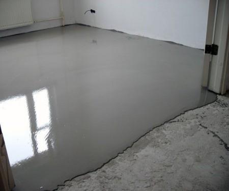 Заливной пол в комнате