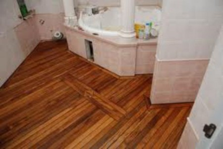 Деревянное покрытие пола в ванной