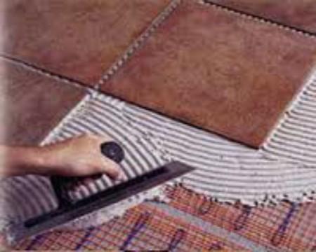 Нанесения клея для плитки на поверхность пола