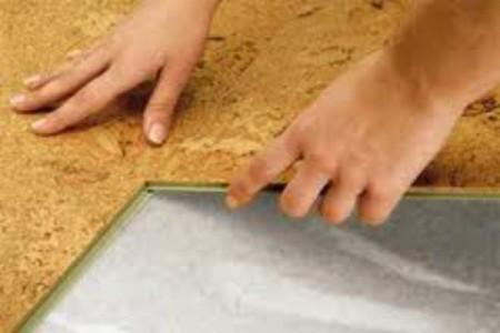 Пробковое покрытие на полу в ванной