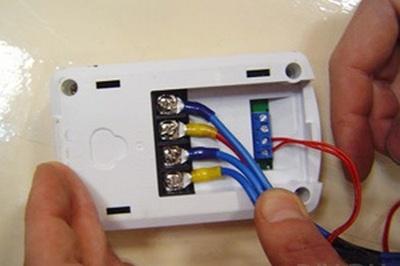Подключение соединительных проводов к терморегулятору