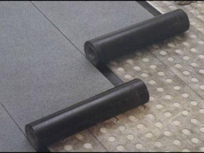 Рулонные материалы наносятся обычно в два слоя