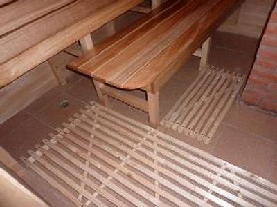 Деревянные решетки для кафельного пола — обязательны