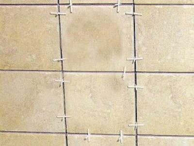 Пластиковые крестики регулируют толщину швов