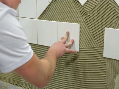 Приклеивание плитки на стену