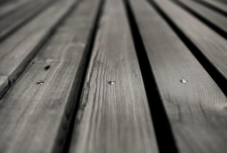 Чем лучше всего заделать щели в деревянном и бетонном полах