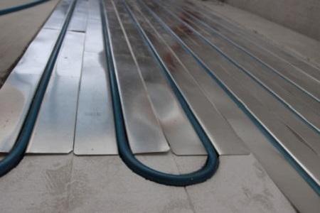 Укладка труб водяного пола на теплоотражающие пластины