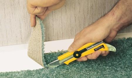обрезают острым строительным ножом